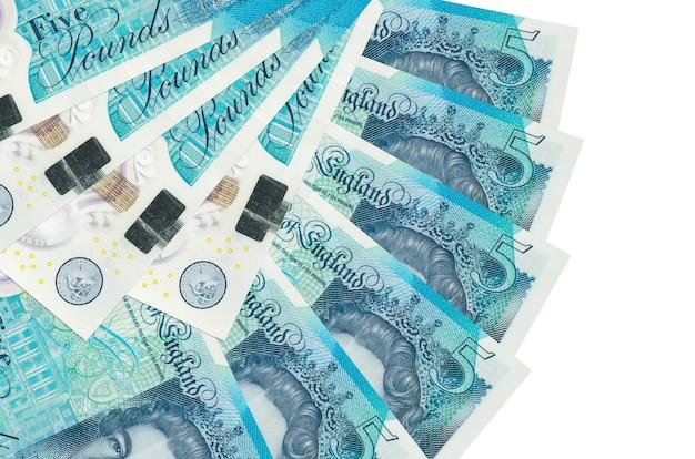 Счета британских фунтов, лежащие на белой поверхности