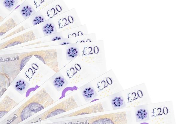 Британские фунты стерлингов лежат, изолированные на белом фоне