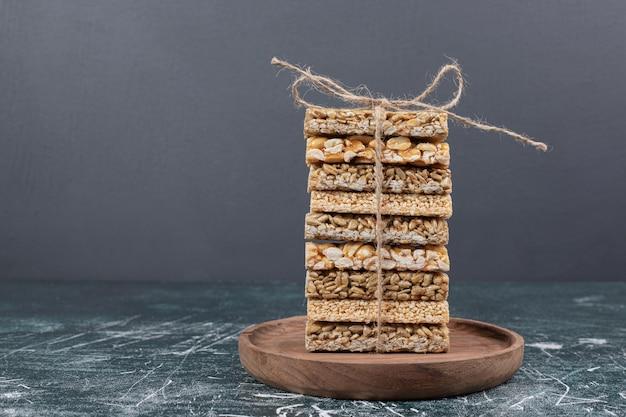 Caramelle fragili legate con corda sul piatto di legno. foto di alta qualità