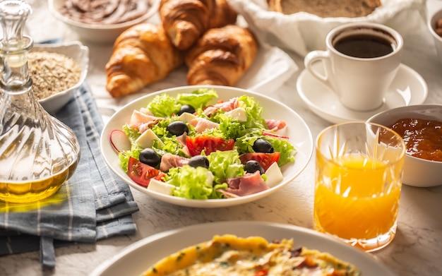 テーブルの上で朝食に提供される食べ物や飲み物の幅広い品揃え。