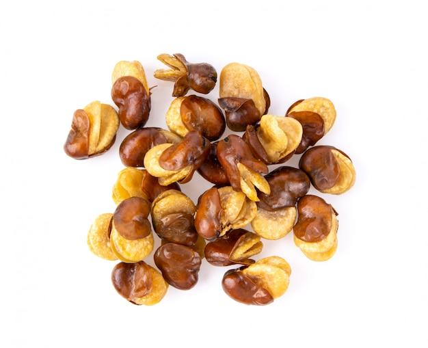 Семена бобов на белом столе.