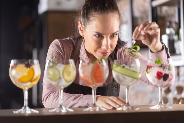 잘 생긴 바텐더가 바에서 만들어주는 다양한 진토닉 음료.