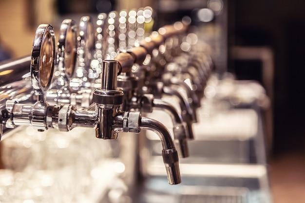 ビールを提供する準備ができているパブの多種多様なドラフトビールパイプ。