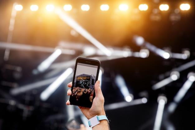 휴대폰을 통해 인터넷으로 콘서트의 라이브 스트림을 방송합니다.