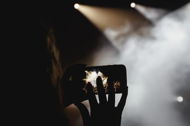 휴대폰을 통해 콘서트 생중계 방송