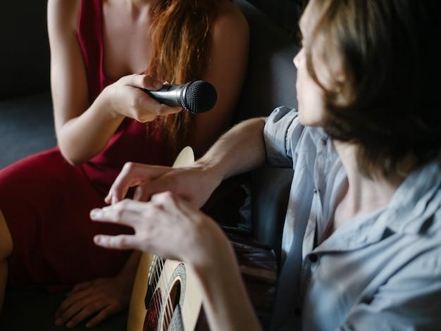 Телекомпания берет интервью. освещение сюжета. журналистика, сми, информационная коммуникационная концепция