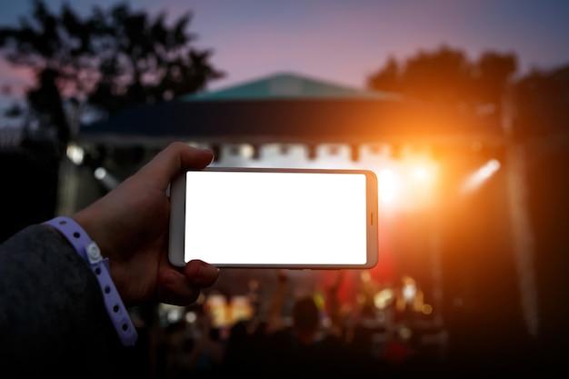 휴대폰을 통해 인터넷에서 음악 쇼를 방송합니다. 콘텐츠에 대한 흰색 스마트 폰 빈 화면입니다.