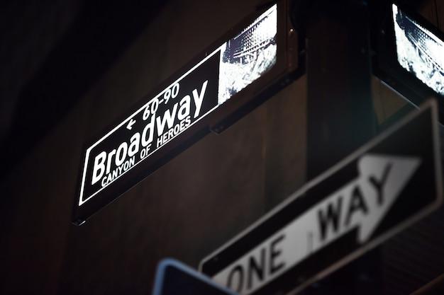 Знаки бродвея и уолл-стрит ночью, манхэттен, нью-йорк
