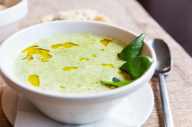 Крем-суп из брокколи и сыра чеддер