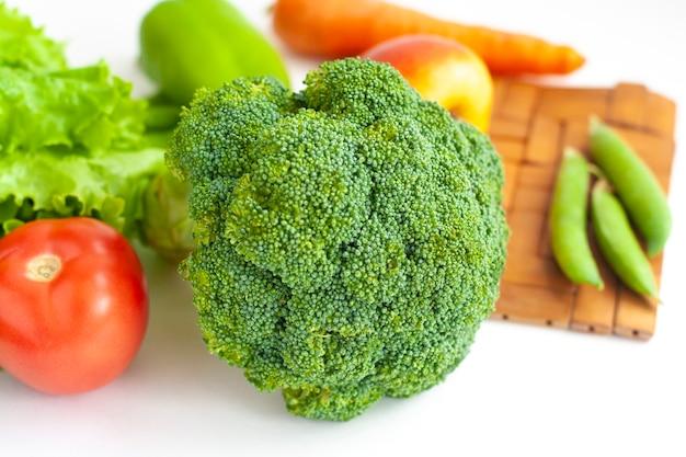 테이블에 브로콜리 및 기타 건강에 좋은 야채와 과일