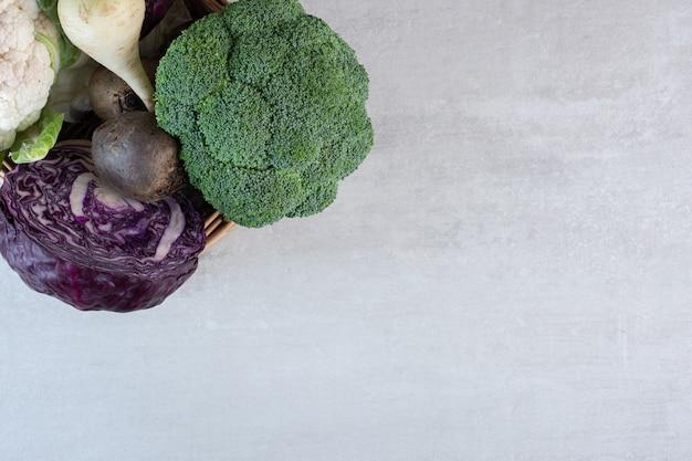 나무 상자에 브로콜리, 양배추, 무. 고품질 사진