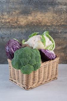 Broccoli, cavoli e ravanelli in scatola di legno. foto di alta qualità