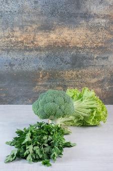 돌 표면에 브로콜리, 고수 잎과 양상추. 고품질 사진