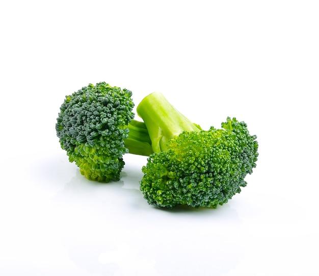 Брокколи, изолированные на белом фоне. здоровая пища. рацион питания. зеленый.