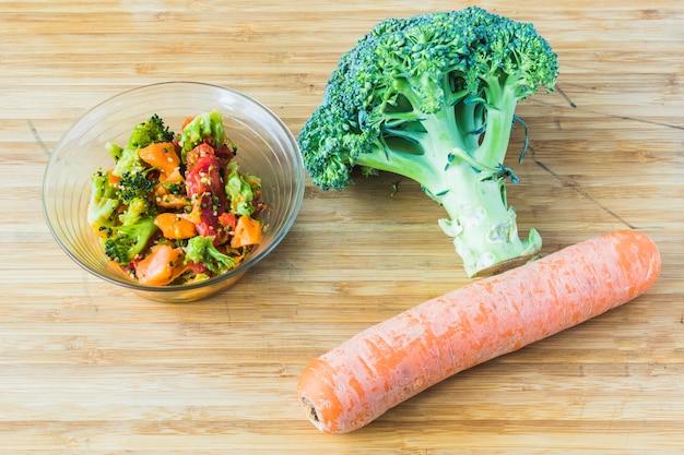 Салат из брокколи с морковью в стеклянной миске