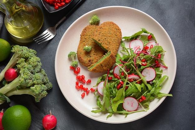 ブロッコリーシュニッツェルにザクロのサラダを添えて。