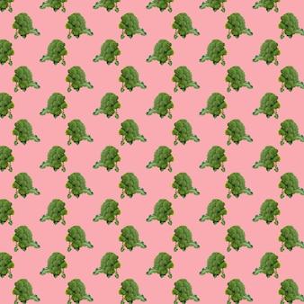 Бесшовный узор из брокколи на розовом фоне