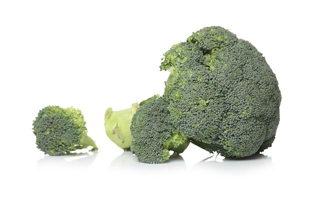 Broccoli su una superficie bianca