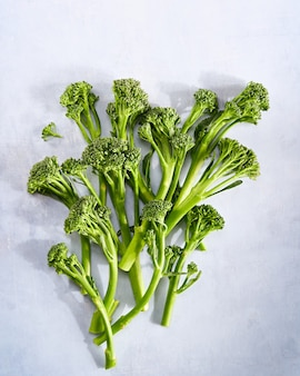 ブロッコリーの新鮮な有機ブロッコリー小花緑の野菜の赤ちゃんブロッコリー、ビーガン生の健康的なスーパーフード。