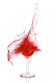 Разбитый бокал с вином на белой стене