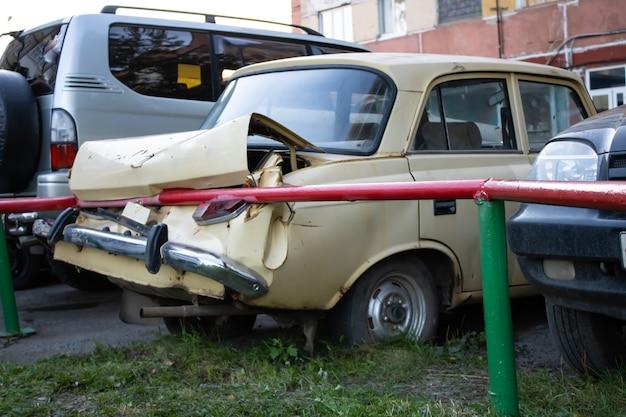 壊れたボディヘッドライトと黄色い車のバンパー駐車場での事故駐車場が悪い
