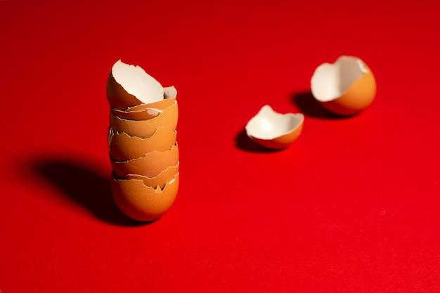 分離された壊れた茶色の卵殻