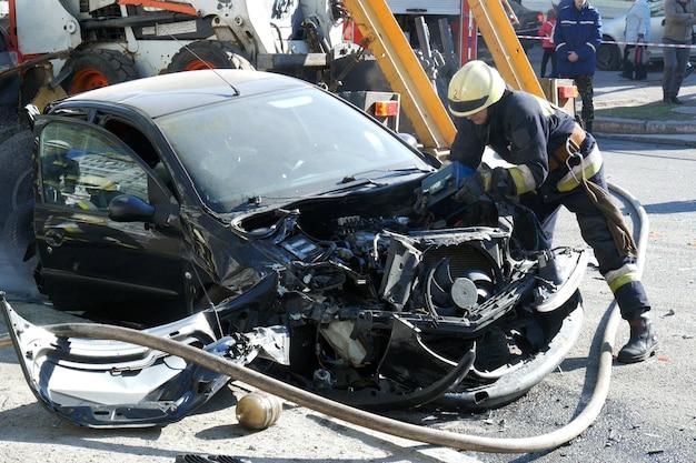 부서진 자동차, 도시 도로에서 추락 한 자동차, 도시 도로에서 사고
