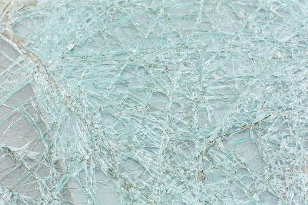 Разбитое стекло автомобиля после аварии