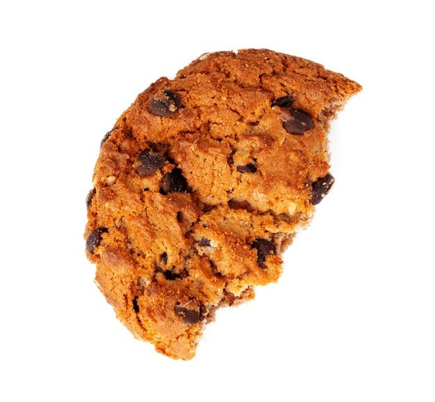 흰색 배경에 고립 깨진 된 초콜릿 칩 쿠키를 닫습니다.