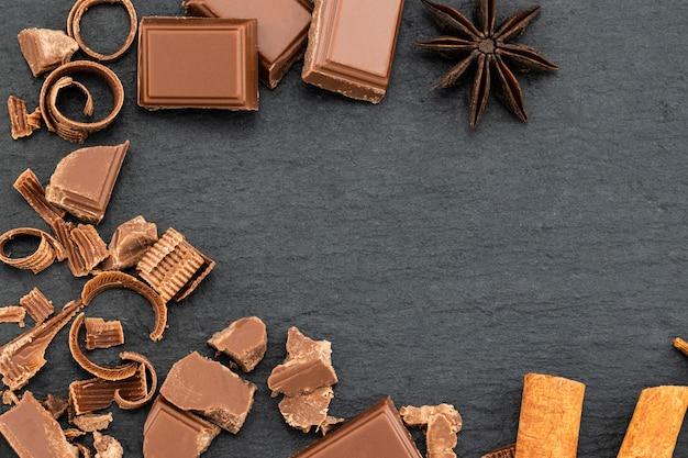 暗いチョコレートの破片とチョコレートの削りくず