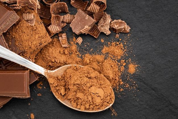 暗闇の中で壊れたチョコレート片とココアケーキ。