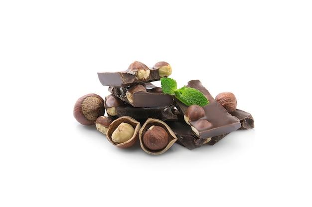 ナッツとミントの葉、白で隔離されるチョコレートの破片