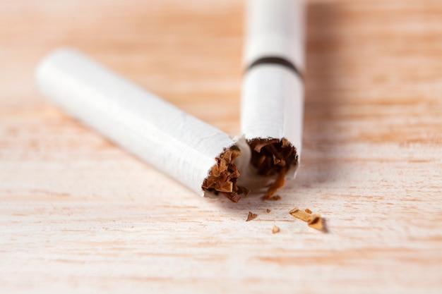 木製のテーブルの上の壊れたタバコ