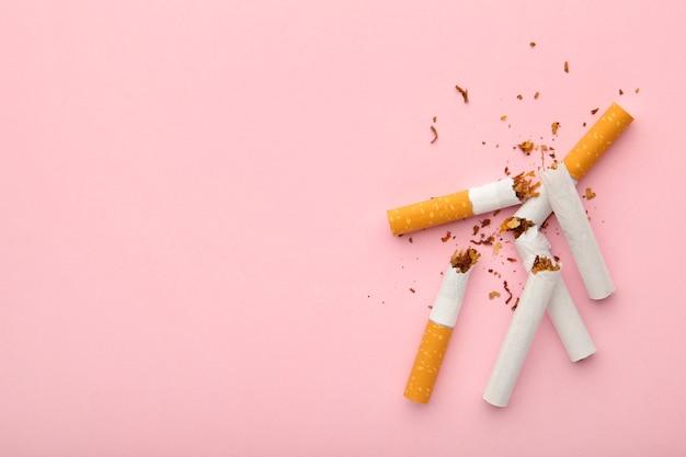 분홍색 배경 복사 공간에 부러진 된 담배