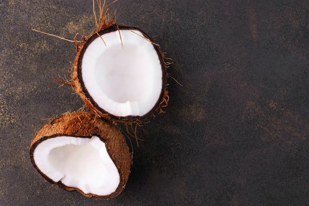 복사 공간 부러진 된 코코넛 클로즈업