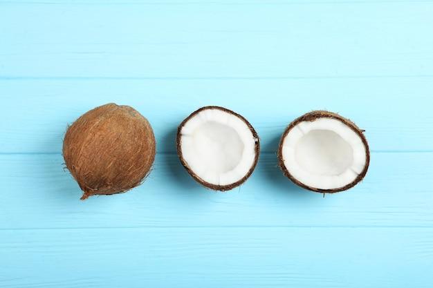 色付きの背景のクローズアップで壊れたココナッツ