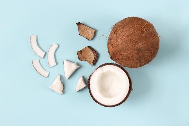 色付きの背景の上面図に壊れたココナッツ