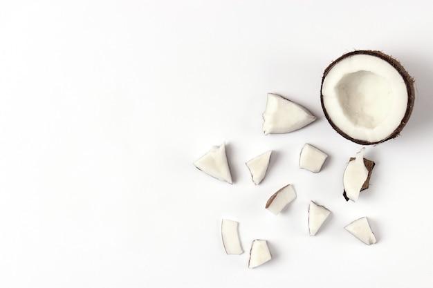 白い背景の上面図に壊れたココナッツ
