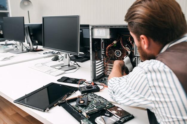 깨진 컴퓨터 분해, 클로즈업. 수리공은 cpu를 분해하여 실패 이유를 찾습니다. 전자 수리, 혁신 개념