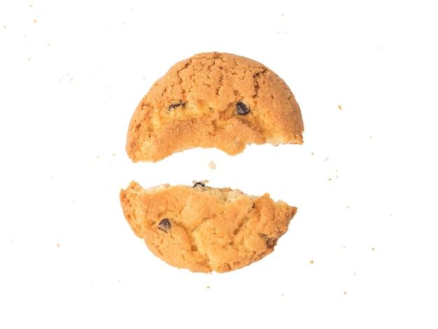 Сломанное печенье с крошками, изолированными на белой поверхности. вкусный запеченный десерт.