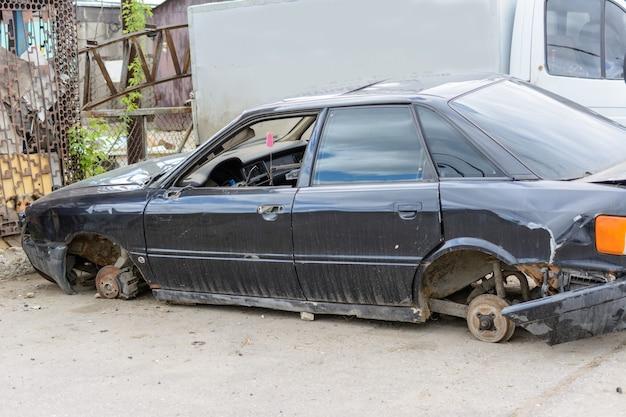 Разбитая, помятая, помятая машина после аварии. брошенные разбитые машины. свалка разбитых автомобилей. битое авто после аварии.