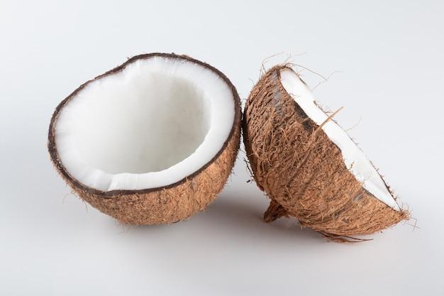 白い背景で分離された壊れた乾燥ココナッツ