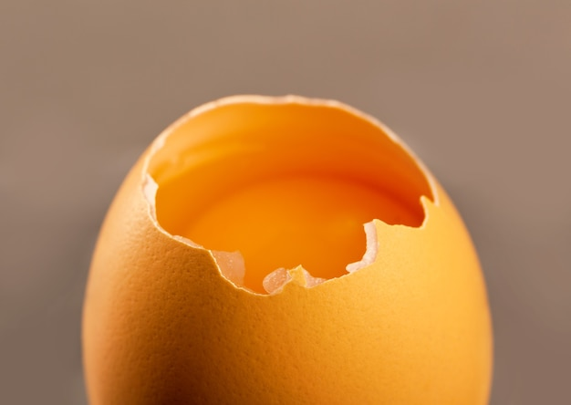 회색 배경에 고립 된 깨진 된 달걀