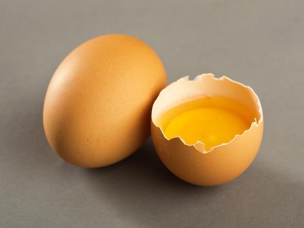 Разбитое яйцо, изолированные на сером фоне