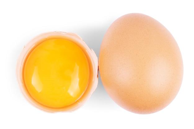 Разбитое яйцо, изолированные на белом фоне