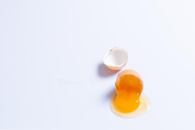 孤立した白い背景の上の割れた卵