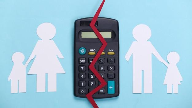 깨진 가족, 이혼. 재산 분할 개념. 분할 종이 가족, 파란색 계산기