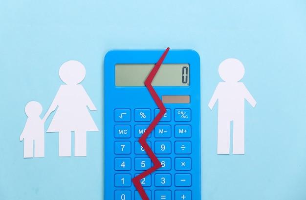 Разбитая семья, развод. концепция раздела собственности. разделенная бумажная семья, калькулятор на синем