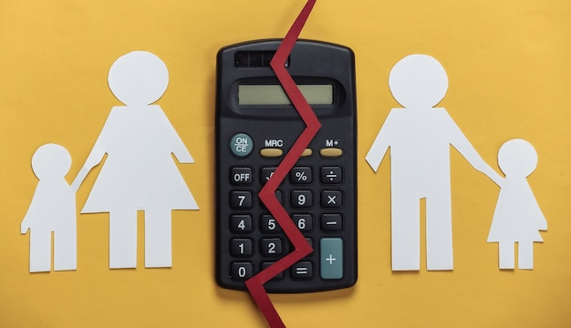 깨진 가족, 이혼. 재산 분할 개념. 분할 종이 가족, 노란색 계산기
