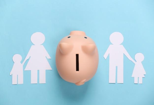 깨진 가족, 이혼. 재산 분할 개념. 분할 종이 가족, 파란색 돼지 저금통